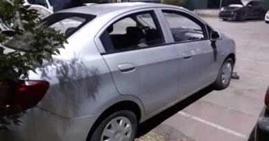Tres detenidos luego de ser sorprendidos desmantelando auto robado en Peñalolén